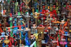 Fondo da molti narghilé in di mercato di Medio Oriente Fotografia Stock