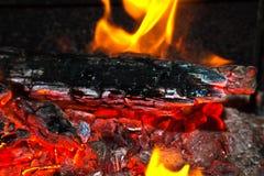Fondo da un fuoco, dai firewoods conflagrant e dai carboni Fotografia Stock Libera da Diritti