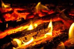Fondo da un fuoco, dai firewoods conflagrant e dai carboni Fotografie Stock Libere da Diritti