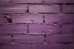 Fondo dal vecchio muro di mattoni dipinto di recente nel colore porpora immagini stock