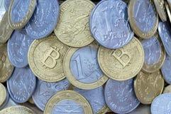 Fondo dalle monete dei paesi e dei bitcoins differenti fotografia stock libera da diritti