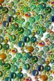 Fondo dalle palle di vetro Sfere variopinte fotografia stock libera da diritti