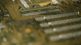 Fondo de alta tecnología, placa de circuito del ordenador. Foco que tira del tiro macro. almacen de video