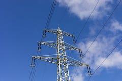 Fondo de alto voltaje del cielo de la torre del postHigh-voltaje en Alemania fotografía de archivo libre de regalías