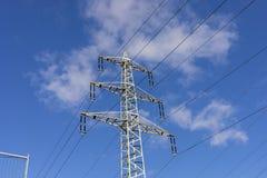 Fondo de alto voltaje del cielo de la torre del postHigh-voltaje en Alemania imagenes de archivo