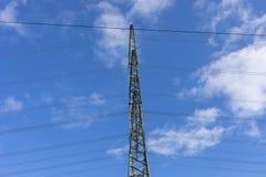 Fondo de alto voltaje del cielo de la torre del postHigh-voltaje en Alemania fotos de archivo