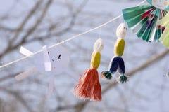Fondo de arriba de Mardi Gras con las máscaras y las gotas coloridas en fondo de madera amarillo rústico, con el espacio de la co foto de archivo libre de regalías
