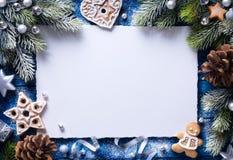 Fondo de Art Christmas con las galletas del pan de jengibre y los decoros festivos Foto de archivo libre de regalías