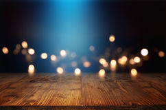 Fondo de Bokeh con el haz luminoso azul y una tabla de madera Fotografía de archivo libre de regalías