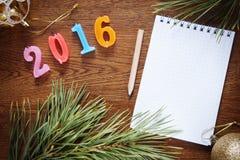 Fondo de Brown con la libreta en blanco sobre la Feliz Año Nuevo 2016 Imágenes de archivo libres de regalías