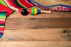Fondo de Cinco de Mayo en los tableros de madera Imagenes de archivo
