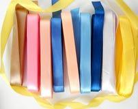 Fondo de cintas de satén coloreadas brillantes Fotografía de archivo libre de regalías