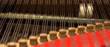 Fondo de cobre amarillo del tornillo de la guía de las grapas del piano Imagenes de archivo