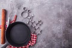 Fondo de cocinar o que cuece con los utensilios de la cocina, rodillo, sartén, recorte de la comida de la galleta en fondo de mad imágenes de archivo libres de regalías
