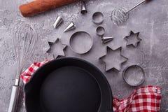 Fondo de cocinar o que cuece con los utensilios de la cocina, rodillo, sartén, recorte de la comida de la galleta en fondo de mad imagenes de archivo