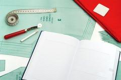 Fondo de costura Accesorios, cuaderno y tela de costura en un modelo de papel Imágenes de archivo libres de regalías