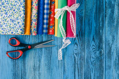 Fondo de costura Accesorios para la costura en backgrou de madera Imagenes de archivo