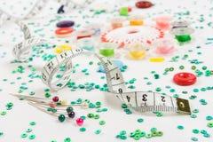 Fondo de costura: botones, regla, agujas Foto de archivo libre de regalías