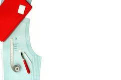 Fondo de costura Copyspace con el modelo de papel, las herramientas de costura y los accesorios Fotografía de archivo libre de regalías