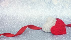 Fondo de día de San Valentín, maqueta con el corazón mullido hecho punto rojo dos en el fondo brillante de plata del brillo Valen fotos de archivo