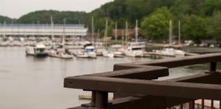 Fondo de desatención del puerto deportivo del río del balcón Foto de archivo