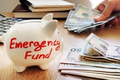 Fondo de emergencia escrito en una hucha fotos de archivo