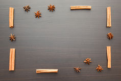 Fondo de especias en una tabla de madera Imagen de archivo
