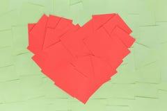Fondo de etiquetas engomadas en la forma un corazón rojo Imagenes de archivo