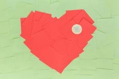 Fondo de etiquetas engomadas en la forma un corazón rojo Imagen de archivo libre de regalías