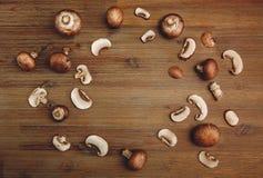 Fondo de Forest Mushrooms en la tabla de madera Visión superior Fotografía de archivo