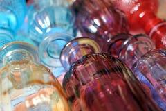Fondo de frascos de cristal coloreados proveídos de costillas vidrio decorativo coloreado fotografía de archivo
