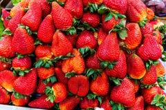 Fondo de fresas frescas y deliciosas imagenes de archivo