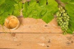Fondo de Grapewine en la tabla de madera Foto de archivo libre de regalías