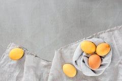 Fondo de Gray Easter con los huevos brillantes amarillos Imágenes de archivo libres de regalías