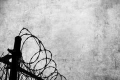 Fondo de Grunge con la cerca del alambre de púas Fotos de archivo libres de regalías