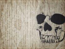 Fondo de Halloween con el cráneo en el periódico viejo del vintage Foto de archivo libre de regalías