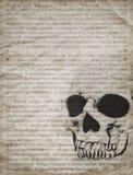 Fondo de Halloween con el cráneo en el periódico viejo del vintage Fotos de archivo