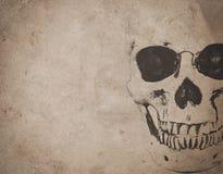 Fondo de Halloween con el cráneo en el periódico viejo del vintage Fotografía de archivo