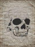 Fondo de Halloween con el cráneo en el periódico viejo del vintage Imagenes de archivo