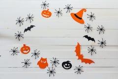 Fondo de Halloween con el marco de las calabazas, del palo y de la decoración de papel Fotos de archivo libres de regalías