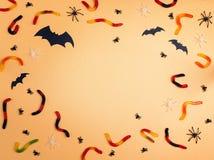 Fondo de Halloween con el marco de los gusanos, de los palos y del decorat de la jalea imágenes de archivo libres de regalías