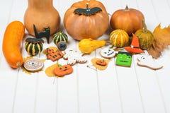 Fondo de Halloween con el pan de jengibre y las calabazas de otoño adornados Imagen de archivo libre de regalías