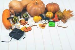 Fondo de Halloween con el pan de jengibre y las calabazas de otoño adornados Imagen de archivo