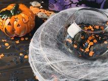 Fondo de Halloween con la red y la calabaza de la araña Foto de archivo