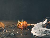 Fondo de Halloween con la red y la calabaza de la araña Fotografía de archivo libre de regalías