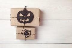 Fondo de Halloween con las cajas de regalos y la araña decorativa y calabaza en los tableros blancos Espacio para el texto Imagenes de archivo