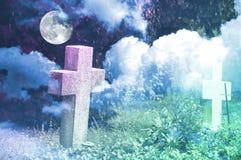 Fondo de Halloween con las cruces anónimas, las nubes y la Luna Llena Imagenes de archivo