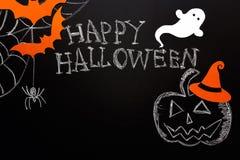 Fondo de Halloween de la pizarra con la calabaza marcada con tiza, fantasma, spi Fotografía de archivo libre de regalías