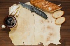 Fondo de hojas de papel oldened con algunas comidas del almuerzo Foto de archivo