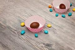 Fondo de huevos El fondo feliz de las letras de Pascua con brillo de oro realista adornó los huevos, confeti, chapoteo de oro del Fotos de archivo libres de regalías